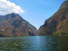 El Cañon del Sumidero se formó por el Río Grijalva. Los paredes son muy altas, son mil metros del altura. Hay un parque nacional del Cañon Sumidero y el parque se administra por el Comisión Nacional de Áreas Naturales Protegidas. Esta lugar es muy popular con las turistas pero la ciudad de Tuxtla Gutiérrez es mas cerca del cañon y resulte en muchos problemas.