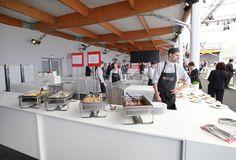 Auch bei einer Messe solltet ihr an das leibliche Wohl eurer Teilnehmer denken. Wie wäre es mit einer kleinen Food-Festival-Area inmitten des Messetrubels?