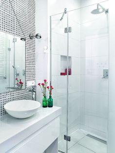 Lustro na łańcuszku (pracownia Agnetha Home) i kinkiety (MyZorki) wprowadzają do łazienki nieco industrialny klimat. Na ścianie ułożono hiszpańskie kafelki z krzyżykowym wzorem (Vives). Drzwi do kabiny prysznicowej zrobił zaprzyjaźniony szklarz. Pomysłowym udogodnieniem pod natryskiem jest mała wnęka-półka - wygodne (i bezpieczne!) miejsce na kąpielowe akcesoria.