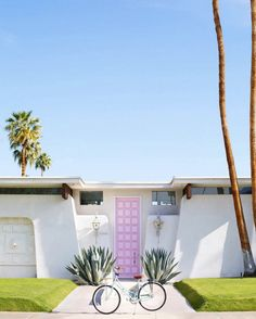Palm Springs house with pink door and bike Palm Springs Houses, Palm Springs Style, Palm Springs California, California City, California Destinations, Vacation Destinations, Hotels, Palm Beach, Palm Desert
