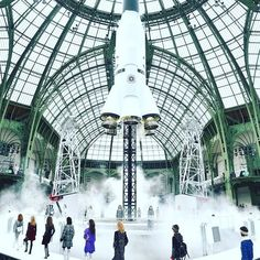 """""""Na szczęście [Lagerfeld] nie czerpał inspiracji ze strojów astronautów, bo oczywiście tutaj mamy na sobie koszule Europejskiej Agencji Kosmicznej i spodnie z polaru z rzepami, które nie są tak świetne."""" #lux #luxe #theluxeportal #fashion #show #celebrity #stylist #kosmos #rakieta http://tipsrazzi.com/ipost/1514333660382315648/?code=BUD_nDagUSA"""