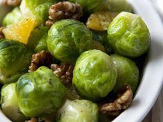 Rosenkohlgemüse mit Walnusskernen und Orange - smarter - Zeit: 15 Min. | eatsmarter.de Dieses Gemüse ist die perfekte Beilage für das Weihnachtsessen.