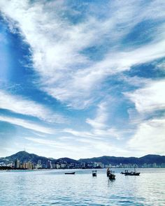 On instagram by perci_de_todas_partes #landscape #contratahotel (o) http://ift.tt/1m8OPDU con la #vista de la #bahia  #acapulco #nubes #skyblue #sky #azul #cielo #mar #mer #playa #beach #paisajes #mexico #acapulco #costera #hoteles #edificios #lanchas