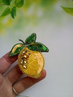 Bead Embroidery Jewelry, Beaded Embroidery, Beaded Jewelry, Brooches Handmade, Bead Art, Crafts To Make, Jewelry Crafts, Glass Beads, Jewelry Making