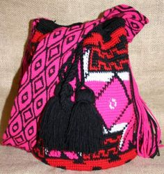 Crochet Bags Designs Mochilas bags that are made by the Wayuu people of Colombia and Venezuela - Right now I am totally adoring the Mochilas bags that are made by the Wayuu people of Colombia and Venezuela. Crochet Shell Stitch, Crochet Art, Crochet Ideas, Crochet Handbags, Crochet Purses, Tapestry Bag, Purse Patterns, Crochet Accessories, Red And Pink