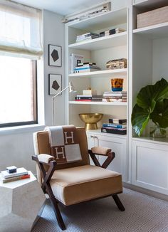 Built in bookcase by Alyssa Kapito Interiors Transitional Home Decor, Transitional Living Rooms, Transitional Kitchen, Living Room Decor, Living Spaces, Built In Bookcase, Bookshelves, Cozy Room, Layout