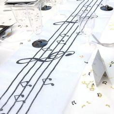Un chemin de table musique 5 m x 28 cm pour une symphonie magique et une décoration de table sur votre thème musical. Music Theme Birthday, Music Themed Parties, Music Party, Party Centerpieces, Table Decorations, Party Deco, Rockabilly Wedding, Music Gifts, Wedding Music
