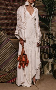 Get inspired and discover Johanna Ortiz trunkshow! Shop the latest Johanna Ortiz collection at Moda Operandi. Vestidos Tiffany, Modest Fashion, Fashion Outfits, Fashion Details, Fashion Design, Style Fashion, Silk Kimono, Elegant Outfit, Look Chic