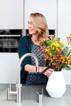Met de flexibele uittrekslang van de Quooker kun je makkelijk een vaas vullen.