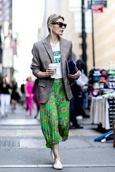 """2018年春夏NYコレクションの開幕と同時に、場外ランウェイでも恒例のおしゃスナバトルが開幕! 全方向からのシャッターチャンスに備えて吟味されたファッショニスタ渾身の最旬コーデには、この秋冬のファッショントレンドがてんこ盛り。なかでも大本命は、やっぱり予想どおりの""""チェック""""! とくに2017-18秋冬シーズンの「クロエ」や「ステラ マッカートニー」、「バレンシアガ」などで見られたマニッシュなグレンチェックに人気が集中。ジャケットで1点投入、またはベルトマークでモード感をプラスするもよし。NYから届いたばかりのチェック旋風をキャッチ!"""