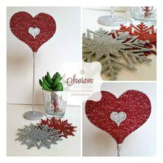 Lite rødt hjerte på fot og snøfnugg i glitter - Little red heart table decoration and  snowflakes in glitter