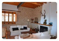 Calido salón comedor con dos ambientes y chimenea.