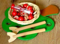 POMELA, un jeu de motricité fine où il s'agit de cueillir des pommes à l'aide de cueilloirs, avant de les déposer dans un petit panier d'osier. #Pomela #Beleduc #JouetsEnBois #MotriciteFine
