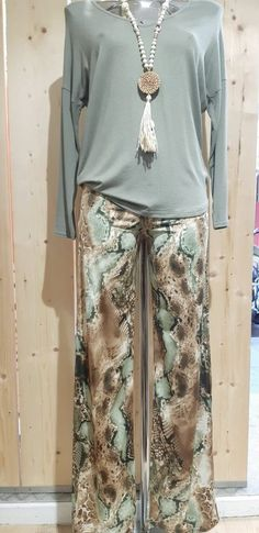 pantalon fluide imprimé serpent - CpourL Blouse, Snake Print, Shirt Blouses, Trendy Outfits, Blouses, Woman Shirt, Hoodie, Top