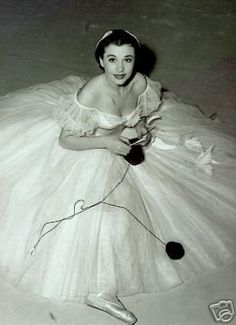 Vivien Leigh knitting between takes on 'Waterloo Bridge' set