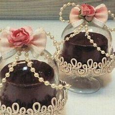 Apaixonada!!!! Mini cúpula decorada e com um delicioso pão de mel. Quem…