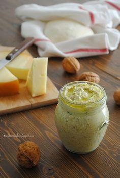 Crema di noci Ingredienti 20 noci 30 g di mollica di pane 40 g di Parmigiano 1/2 bicchiere di latte 1/2 spicchio d'aglio 1 ciuffetto di prezzemolo olio d'oliva sale e pepe Procedimento Sgusciate le noci e mettetele nel mixer con tutti gli altri ingredienti, versando l'olio a filo e regolandovi sulla quantità necessaria per ottenere una salsa morbida. Potete anche aumentare il quantitaivo di latte e diminuire l'olio.