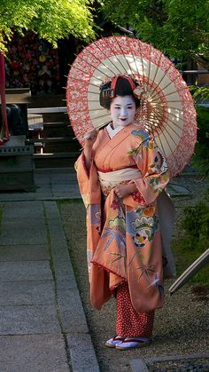 Geisha in lovely kimono Geisha Japan, Geisha Art, Kyoto Japan, Yukata, Japanese Kimono, Japanese Art, Traditional Japanese, Memoirs Of A Geisha, No Rain