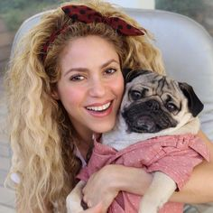 Shakira with his Doug the Pug}} Shakira Hair, Shakira Mebarak, Doug The Pug, Hair Photo, Her Music, Record Producer, Jennifer Lopez, New Trends, Her Hair
