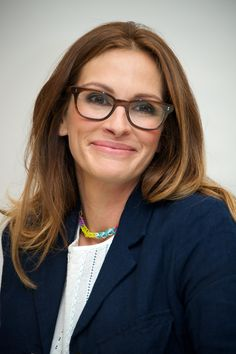 Ever Wondered Why Popcorn Is The Default Movie Theater Snack? Julia Roberts – Pretty Woman – still pretty wearing glasses, too! Cool Glasses, New Glasses, Girls With Glasses, Stylish Glasses For Women, Brown Glasses, Julia Roberts, Concealer, Celebrities With Glasses, Celebrity Glasses