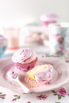 Капкейки с розовым заварным кремом и меренгой