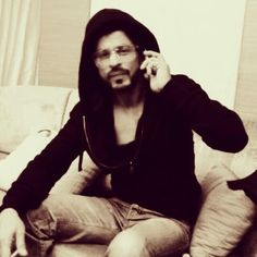 Photo @iamsrk made during sets @HNY.   Brutal man & sexy    All Pics from the sets #HNY ► http://on.fb.me/1gCPCTT pic.twitter.com/lBQwE123Tz