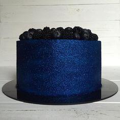 Nova tendência: Glow Cake, como fazer? - Amando Cozinhar - Receitas, dicas de culinária, decoração e muito mais! Sparkly Cake, Glitter Cake, Blue Glitter, Pretty Cakes, Beautiful Cakes, Amazing Cakes, Blue Velvet Cakes, Blue Cakes, Cupcakes