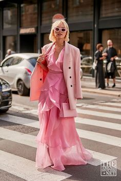 We saw so many editors wearing the Frankie Shop during Fashion Week. Here are some of the best street style looks and hero pieces from the brand to shop. Milan Fashion Weeks, Fashion 2020, Love Fashion, Fashion Looks, Fashion Outfits, Fashion Trends, Pink Fashion, Paris Fashion, Feminine Fashion