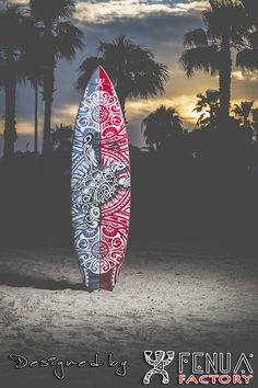 Shooting Photo Fenua Factory à Bandol troisième Partie : Nous sommes très fiers de vous présenter notre première planche de surf. Une création au design artistique unique tatouage polynésien et inédite avec un dessin recouvrant l'intégralité de la planche, en édition limitée 10 exemplaires créée entièrement à la main par Manipura .Design, tendance pour surfer ou simplement en déco. Toutes nos créations sont originales, pour une impression made in France en Haute Définition.