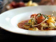 Gnocchi mit Tomaten und Parmesan  Gnocchi mit sonnenreifen Tomaten und frische Basilikumblättchen – ein Genuss.  http://einfach-schnell-gesund-kochen.de/gnocchi-mit-tomaten-und-parmesan/