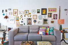 02-decoracao-sala-iluminada-parede-galeria-quadros-objetos-cores