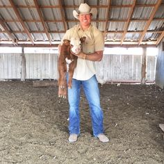 It's not Joanna, but it's Fluffy, the newborn calf that Joanna said could sleep in their bed for its nights sleep! (and Chip, of course) Joanna Gaines Family, Jojo Gaines, Magnolia Joanna Gaines, Joanna Gaines Style, Chip And Joanna Gaines, Gaines Fixer Upper, Fixer Upper Joanna, Magnolia Fixer Upper, Magnolia Farms