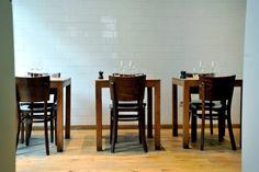 Resto Henri-  On réserve longtemps à l'avance pour profiter de sa cuisine ouverte et de sa déco simple mais bien pensée.  (Rue de Flandre, 113- 1000 Brussels)