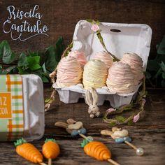 """Priscila Cantinho on Instagram: """"Mais uma ideia muito linda pra vocês aplicarem na Páscoa. Embalagem de caixinha de ovos com ovos de suspiro repleto de flores recheadas por…"""" Dairy, Cheese, Instagram, Food, Egg Cartons, Bag Packaging, Ideas, Appliques, Flowers"""