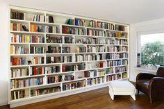 Bücherwand in Esche Furniert und Weiss lackiert mit einem LED-Bank rundum