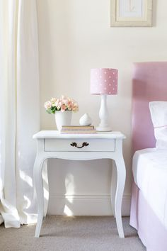 Shabby Chic Pink Paint Styles and Decors to Apply in Your Home – Shabby Chic Home Interiors Shabby Chic Bedrooms, Shabby Chic Cottage, Guest Bedrooms, Cute Furniture, Shabby Chic Furniture, Pink Furniture, Bedroom Furniture, Hill Interiors, Beautiful Interiors