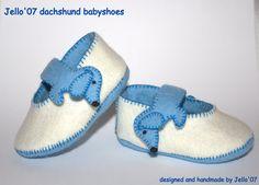 Queste scarpe bambino bello sono progettati e realizzati a mano da Jello07.  Le scarpe sono fatte di 2 strati di morbido woolfelt, manterranno i piedi del tuo bambino comodi e caldi.    Se piacciono le scarpe ma li vorrebbe in un altro colore vi prego di inviarmi un messaggio. Formati disponibili:  0-3 mesi (sole 9,5 cm)  3-6 mesi (solo 11 cm)    Le istruzioni di lavaggio: lavare a mano in acqua fredda e asciugare allaria.    Nota: Lacquisto, indicando quale colore che preferisci e quali…