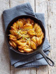 Ovnsbakte poteter med timian Norwegian Food, Slow Food, Paleo Dinner, Potato Soup, Food Art, Tapas, Side Dishes, Food And Drink, Veggies