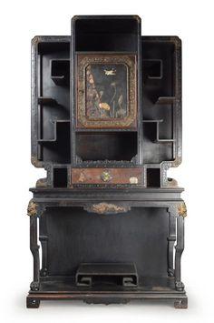 Maison des Bambous, Perret et Vibert, vers 1900-1910, Cabinet en bois noirci avec un tiroir et une porte ornée de laques du Japon, ornementation de bronze doré, 201,5 x 113 x 52 cm