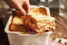 Lasagne jsou časově náročnější na přípravu, ale výsledek stojí za to.  #recept #testoviny #lasagne #syr #mletemaso #recipe #pasta #cook #cheese Ricotta, Mozzarella, Apple Pie, Ethnic Recipes, Treats, Lasagna, Sweet Like Candy, Goodies, Sweets