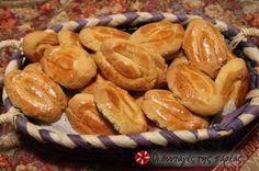 Η συνταγή είναι της φαρίνα γίωτης. Την έκανα πρώτη φορά σήμερα, είναι νόστιμα κουλουράκια περιμένω εντυπώσεις. Greek Sweets, Greek Desserts, Greek Recipes, Greek Cake, Eat Greek, Sweets Recipes, Candy Recipes, Cooking Recipes, Greek Cookies