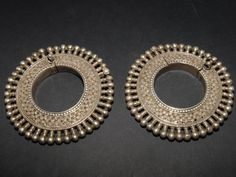 India | Pair of high grade silver cast guard bracelets from Rajasthan.  Hinged and pinned.  Weigh 365g together | ca. early 20th century.
