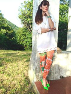 WHITE AND PRINTED LEGGINGS di fashionamy su STYLIGHT  @stylight Fall Outfits, Summer Outfits, Green Shoes, Akita, White Sweaters, Printed Leggings, Summertime, Capri Pants, Cover Up