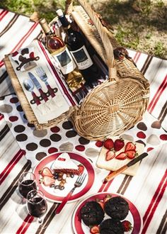 Barrel Picnic and Wine Basket makes the perfect addition to your romantic excursion.