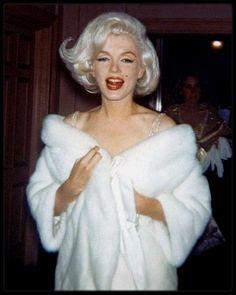 """19 Mai 1962 / Arrivée de Marilyn au gala d'anniversaire du Président John FITZGERALD KENNEDY organisé au """"Madison Square Garden"""" ; Certains biographes s'entendent sur le fait que Marilyn et John KENNEDY passèrent ensemble un week-end en mars 1962. Pourtant certains, dont Evelyn MORIARTY amie et doublure de Marilyn, ont affirmé n'avoir jamais eu la preuve que Marilyn rencontrait l'un ou l'autre des frères KENNEDY. Selon Fred Lawrence GUILES, la liaison entre eux dura tout au long de 1961 et…"""