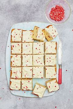 Mary Berry double white chocolate and raspberry traybake recipe. Why not try something to the traditional Victoria sponge cake! Tray Bake Recipes, Cake Recipes, Nutella Recipes, Mary Berry Tray Bakes, Mary Berry Desserts, Easy Desserts, Traybake Cake, Traybake Ideas, Chocolate Traybake