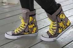 Not a Pokemon nerd or anything, but pikachu is so cute Crazy Shoes, Me Too Shoes, Emo Outfits, Cute Outfits, Mode Geek, Fashion 90s, Mode Kawaii, Pullover Shirt, Style Grunge