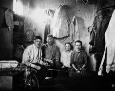 Две семьи рабочих кондитерской фабрики снимают угол в комнате. Петроград. РСФСР. 1920-е