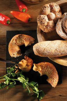 Nicht nur der Resch&Frisch Power-Bagel, auch alle anderen Superfood Produkte kann man herrlich mit Hummus kombinieren. Was du für den Hummus brauchst: 300g gekochte Kichererbsen, 1 rote Paprika, 1/2 Chili, 3 EL Olivenöl, 50 ml Wasser, 1 EL Tahini-Paste, 2 TL Paprikapulver, 1 TL Kreuzkümmel, 1 1/2 Zitronen und Salz.  Viel Spaß beim Nachmachen! #reschundfrisch #amliebstenimmer #superfood #powerbagel #hummus #recipes #healthy Hummus, Tahini, Bagel, Bread, Red Bell Peppers, Superfood Recipes, Healthy Lifestyle, Chic Peas, Salt
