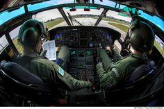 https://flic.kr/p/WU9Kb1   Procedimento de descida do H-36   Pilotos se preparam para o pouso na Base Aérea dos Afonsos, sediada no Rio de Janeiro-RJ.